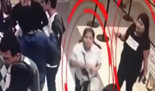 Ladronas son captadas robando en cola de cine en concurrido centro comercial