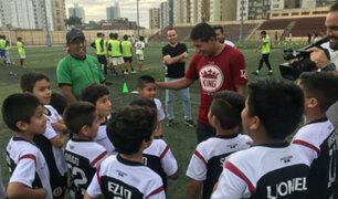 Edison Flores visitó a juveniles de la 'U' en el estadio 'Lolo Fernández'