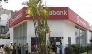 Sujetos fuertemente armados asaltan agencia bancaria en San Borja