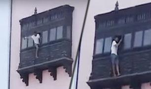 Cercado de Lima: joven causa alarma al arriesgar su vida en balcón de un tercer piso