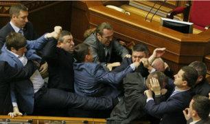 Ucrania: congresistas se agarran a golpes en parlamento