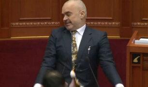 Diputado lanza huevos al primer ministro de Albania durante sesión en el parlamento
