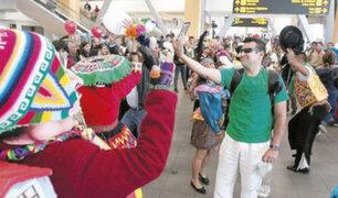 Bienvenida navideña: policía recibe a viajeros con bailes en aeropuerto