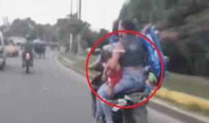 Iquitos: motociclista traslada en su moto a mujer, bebé y coche del menor