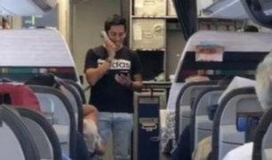 Piura: joven le canta y pide matrimonio a su novia en avión