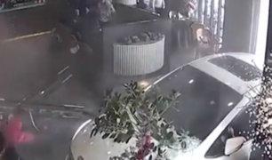 China: dos personas resultaron heridas tras choque de auto contra restaurante