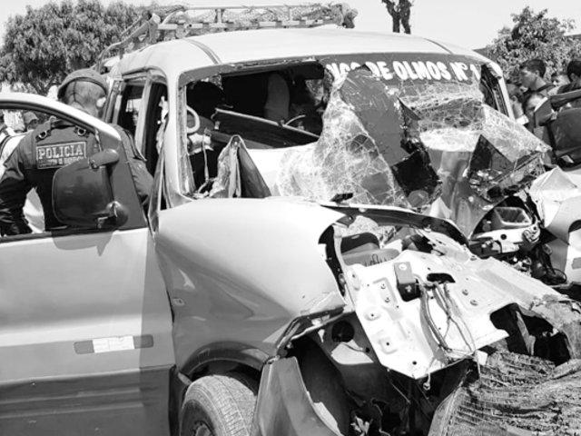 Chiclayo: tráiler choca contra minivan que transportaba escolares