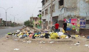 VMT: niños en peligro por montículos de basura junto a colegio