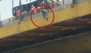 Cercado de Lima: transeúntes impiden que hombre salte de puente del Ejército