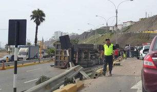 Camión se vuelca en la Costa Verde y provoca gran caos vehicular