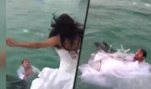 Novia se lanzó al mar y casi se ahoga con su propio vestido