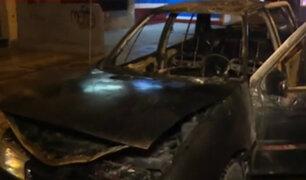 Cercado de Lima: auto se incendió por presunto corto circuito