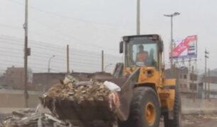 Vecinos de El Agustino limpian basura acumulada en las calles de su distrito