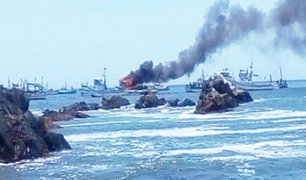 Piura: embarcación pesquera se incendia frente al puerto de Paita
