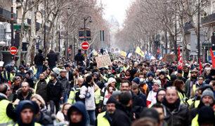 """Violentas protestas de los """"chalecos amarillos"""" paralizan Francia"""