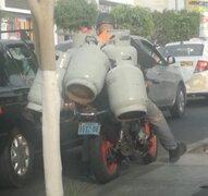 Breña: Motorizado carga cinco balones de gas en congestionada avenida