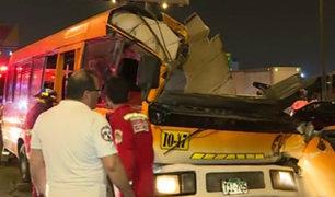 Los Olivos: conductor de cúster queda atrapado tras chocar contra camión
