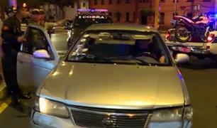 Cercado de Lima: motociclista y acompañante salen despedidos tras chocar con auto
