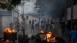 Venezuela: ciudadanos toman las calles en Caracas en apoyo a militares sublevados