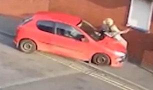 Video muestra momento en que vehículo atropella a mujer en Inglaterra