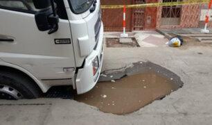 SMP: camión y grúa quedan atrapados por filtración de agua en asfalto