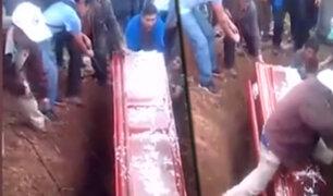 Hombre cae sobre ataúd en pleno entierro en Huancavelica