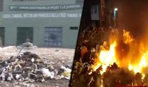 Vecinos de San Juan de Miraflores protestan bloqueando calles con basura