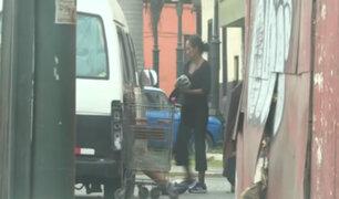 Vecinos de Pueblo Libre denuncian a mujer que vive con su hijo en una combi