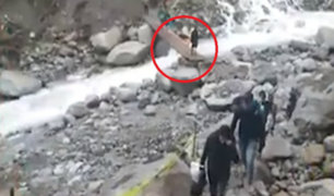 Cusco: turistas cruzan puente improvisado para llegar a Machu Picchu