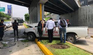 Patrullero impacta contra base de puente en la Vía Expresa