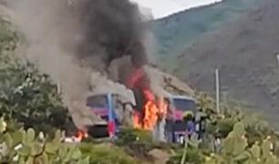 Impactantes imágenes: bus interprovincial se incendia en carretera de Ayacucho