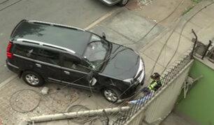 Ate: poste de telefonía cae sobre vehículo estacionado