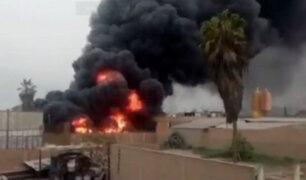 Voraz incendio consume fábrica en Huachipa