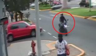 Surco: delincuentes en moto asaltan a 2 mujeres en la vía pública