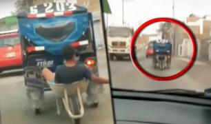 Captan a sujeto viajando en una carretilla remolcada por mototaxi