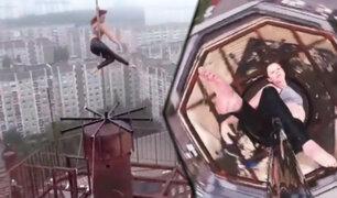 Bailarina rusa de Pole Dance hace performance a 80 metros de altura