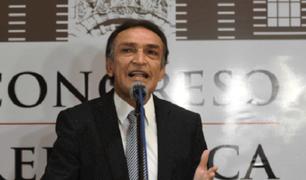 Reacciones por denuncia constitucional contra congresista Héctor Becerril