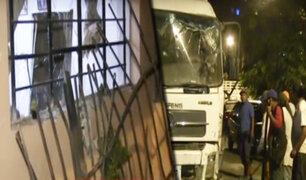 Camión recolector de basura choca contra vivienda en Villa María del Triunfo