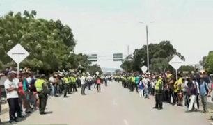 Venezolanos entonan su himno en frontera mientras esperan ayuda humanitaria