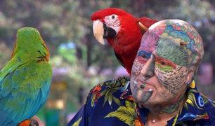 """Inglaterra: """"hombre loro"""" gasta toda su pensión para parecer un ave"""