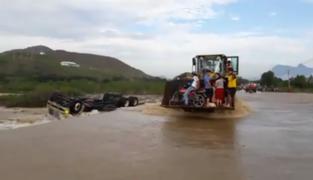 Lambayeque: camión es arrastrado por la corriente en quebrada Juana Ríos