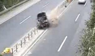 China: chofer se distrae con celular y provoca accidente