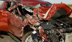 La Libertad: un muerto y dos heridos deja choque entre auto y camión cisterna
