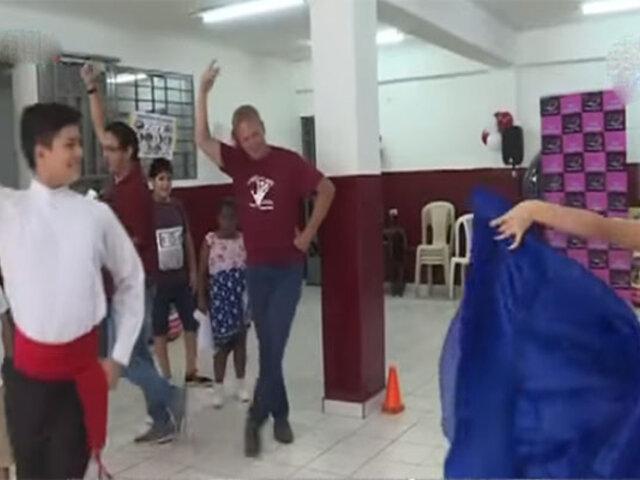 """""""Gringo Karl"""" enseña a bailar marinera en su escuela de arte"""