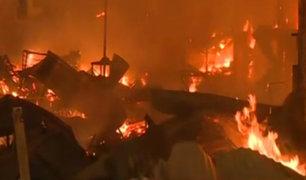 VES: incendio arrasa con más de 60 puestos de mercado