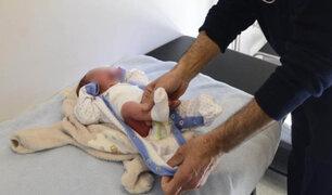 Padres piden cambiadores para bebés en los baños de varones