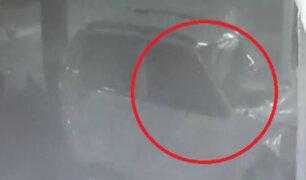 ¡Impactante! Cámara registró el preciso instante en el que un auto se estrelló contra un muro