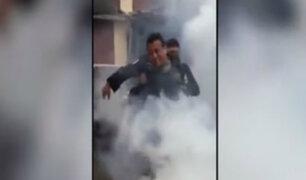 Policía casi se ahoga con bomba lacrimógena durante juego con compañeros