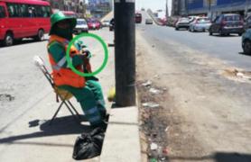 Trabajadora de limpieza evita a ''correazos'' que arrojen basura en las calles