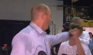 Australia: senador se agarró a puñetazos con joven que le arrojó un huevo
